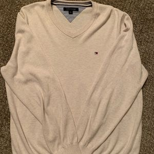 Tommy Hilfiger. V neck Light sweater.